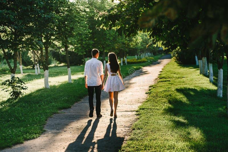 Paar die in een groen park lopen stock afbeeldingen
