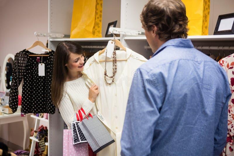 Paar die een kleding selecteren terwijl het winkelen voor kleren royalty-vrije stock foto