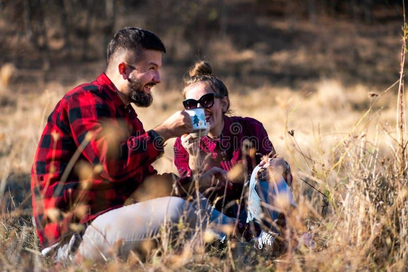 Paar die een kop van koffie hebben in openlucht royalty-vrije stock afbeeldingen