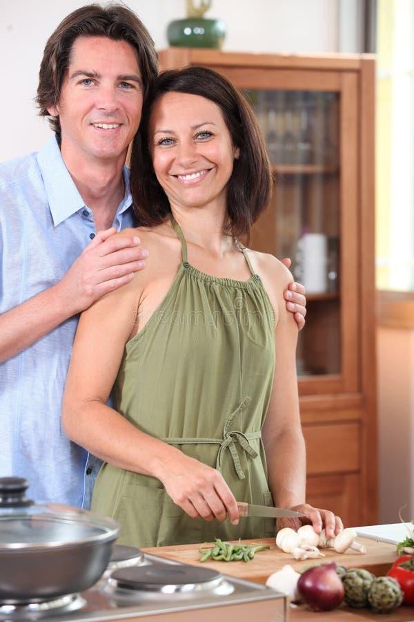 Paar die thuis koken stock afbeelding