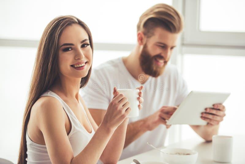 Paar die een ontbijt hebben royalty-vrije stock afbeeldingen