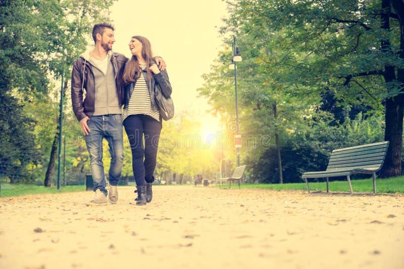 Paar die in een park lopen royalty-vrije stock foto's