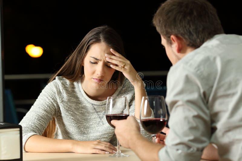 Paar die in een restaurant in de nacht debatteren stock fotografie