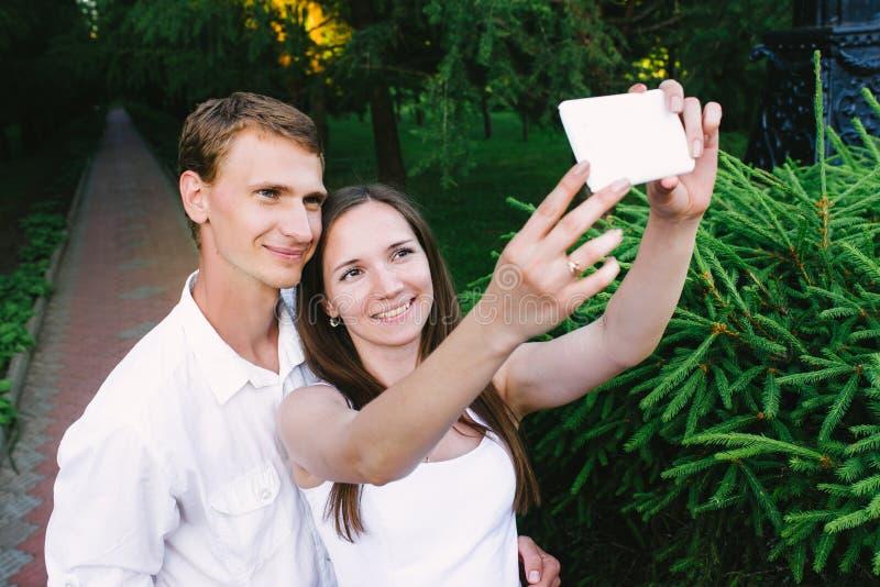 Paar die een selfie samen in een groen park maken royalty-vrije stock foto