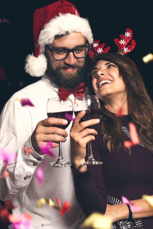 Paar die een toost maken bij Nieuwjaar` s partij royalty-vrije stock foto