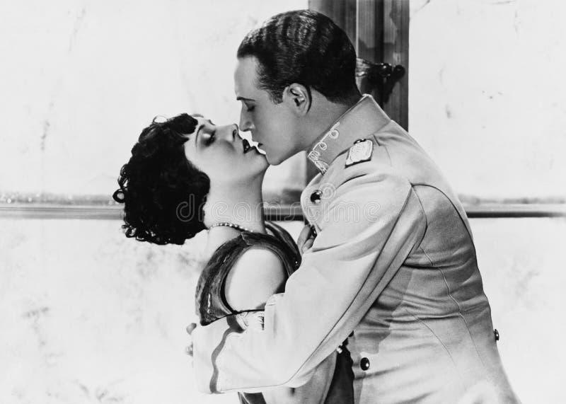Paar die elkaar kussen (Alle afgeschilderde personen leven niet langer en geen landgoed bestaat Leveranciersgaranties die daar B  stock afbeelding