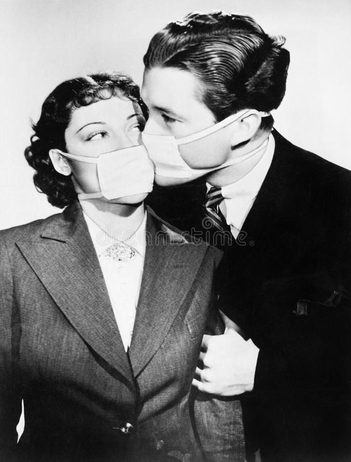 Paar die elkaar met gezondheidsmaskers kussen (Alle afgeschilderde personen leven niet langer en geen landgoed bestaat Leverancie royalty-vrije stock foto's