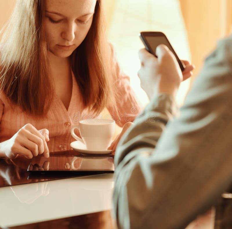 Paar die elkaar negeren bezig met hun mobiele apparaten stock afbeelding
