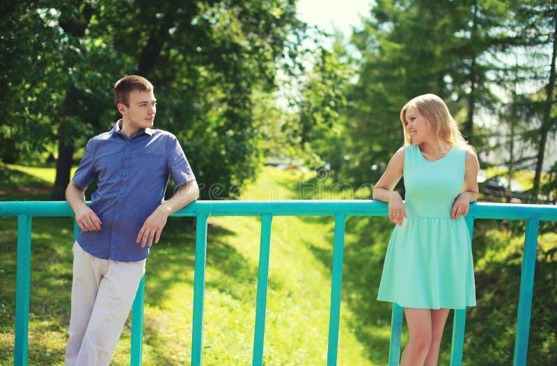 Paar die elkaar op de afstand bekijken - liefde, verhoudingen, het dateren en het flirten royalty-vrije stock fotografie