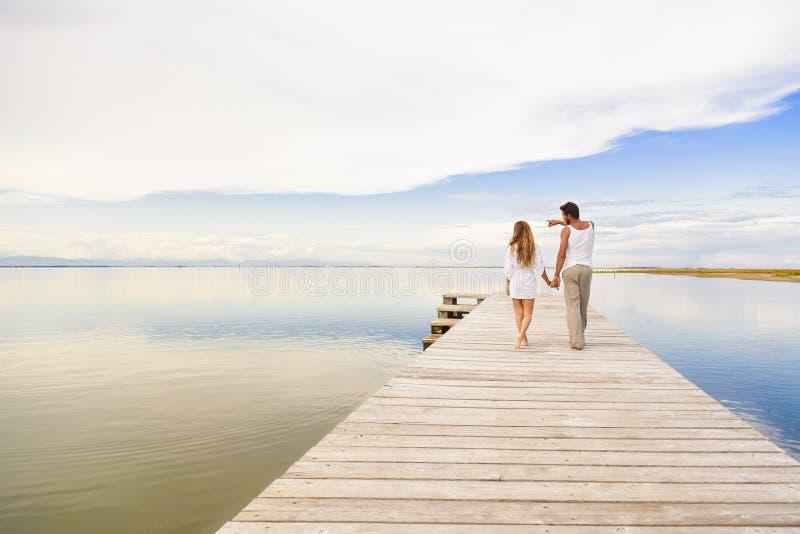 Paar die en aan de horizon lopen richten stock foto