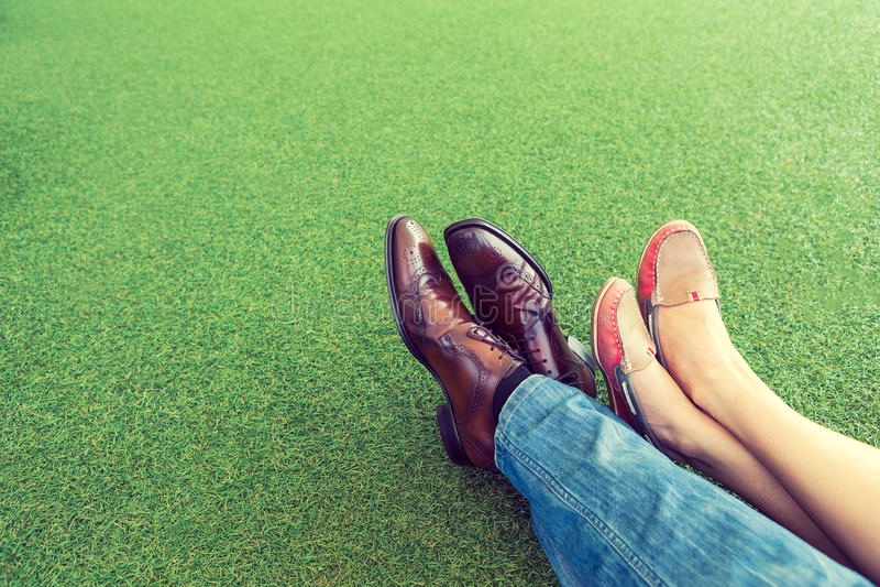 Paar die en op het gras liggen ontspannen stock foto
