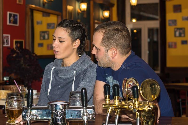 Paar die en pret samen drinken hebben stock foto's
