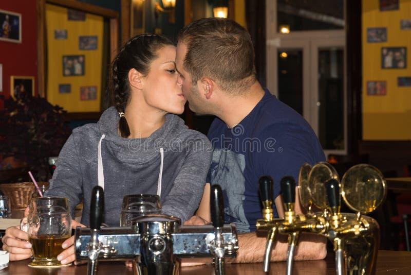 Paar die en pret samen drinken hebben stock afbeeldingen