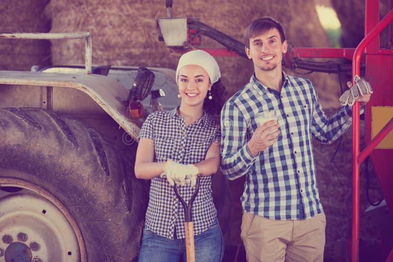 Paar die en van melk babbelen genieten royalty-vrije stock afbeelding