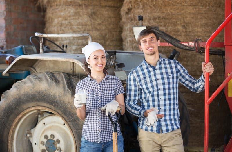 Paar die en van melk babbelen genieten royalty-vrije stock fotografie