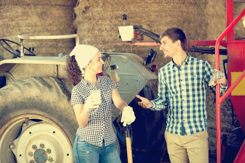 Paar die en van melk babbelen genieten stock afbeeldingen