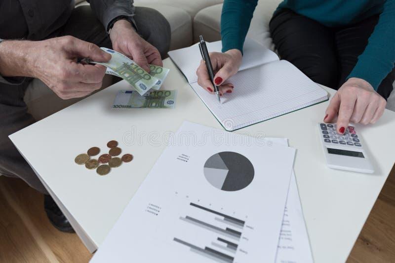 Paar die financiële problemen hebben stock fotografie