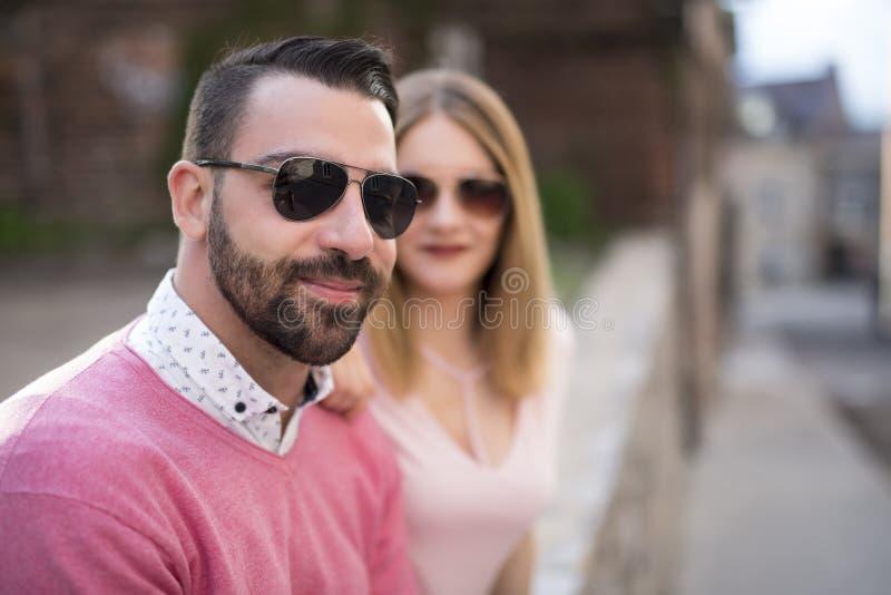 Paar die Geluk dateren die Gebruikend Slimme Telefoon reizen royalty-vrije stock foto's