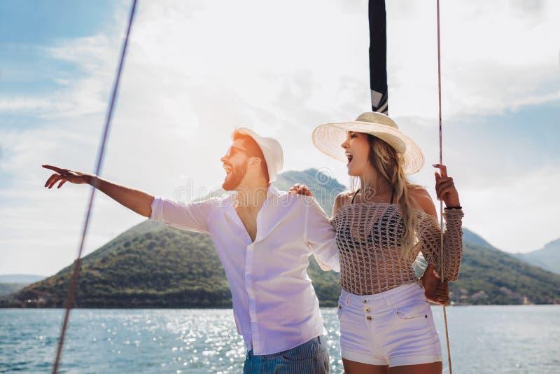 Paar die gelukkige tijd op zee doorbrengen aan een jacht Luxevakantie op een seaboat stock foto's
