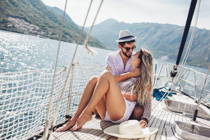 Paar die gelukkige tijd op zee doorbrengen aan een jacht Luxevakantie op een seaboat stock fotografie