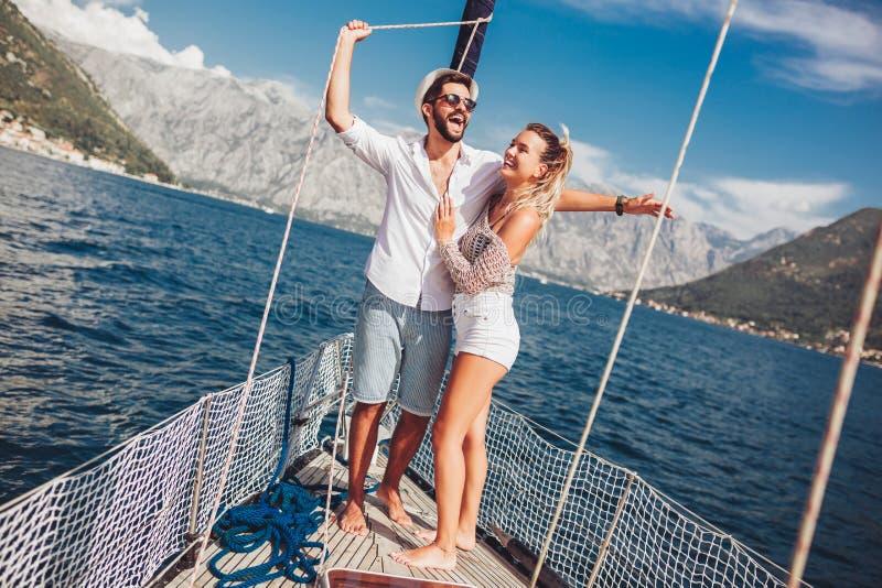Paar die gelukkige tijd op zee doorbrengen aan een jacht Luxevakantie op een seaboat royalty-vrije stock afbeelding