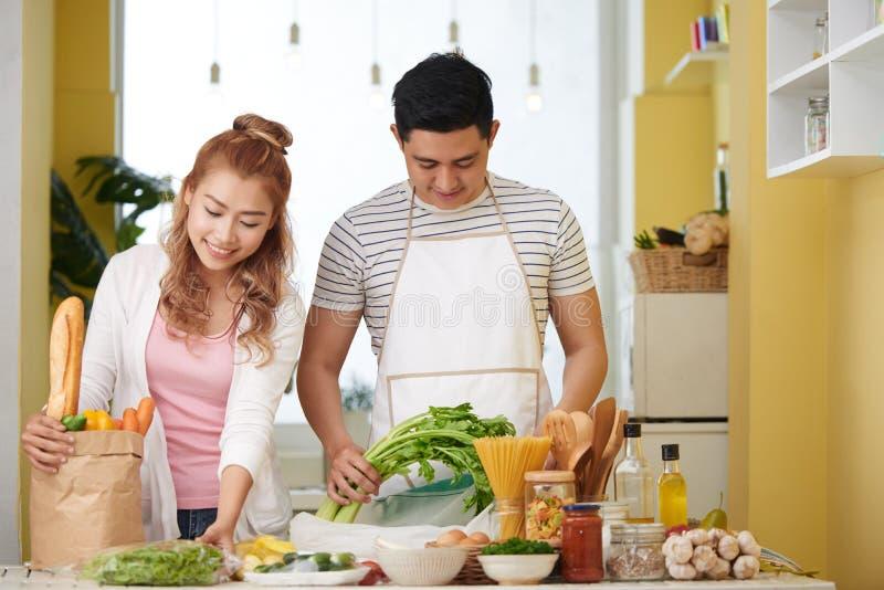 Paar die gezonde maaltijd koken royalty-vrije stock fotografie