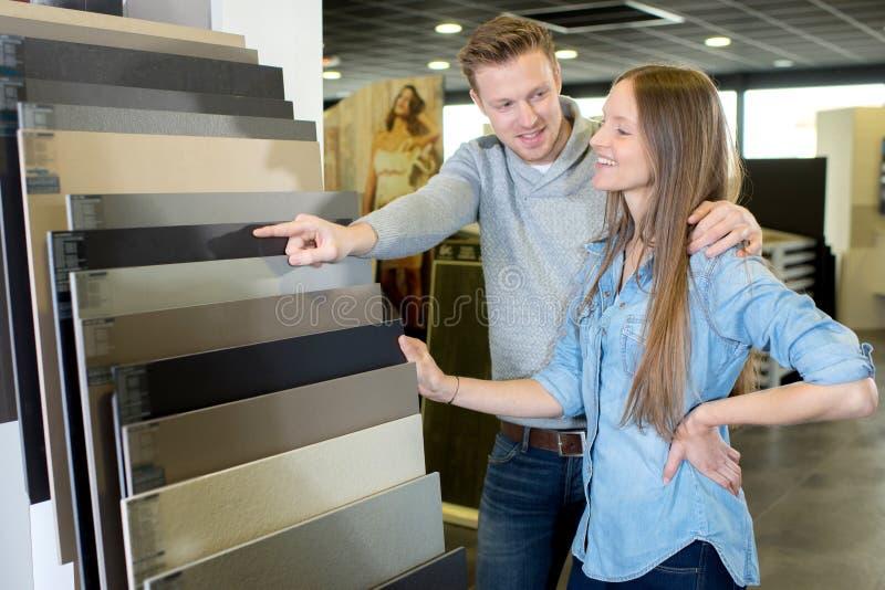 Paar die het kiezen voor het kopen van tegels hebben royalty-vrije stock foto's