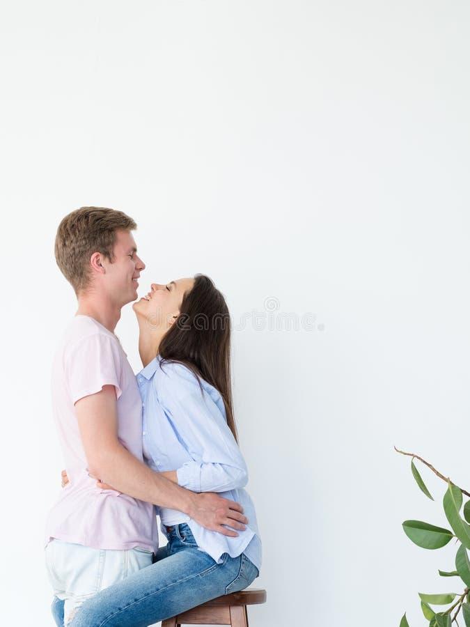 Paar die het lachen affectiegeluk koesteren royalty-vrije stock afbeeldingen