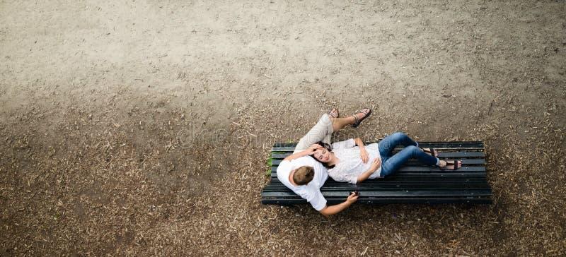 Paar die in het park ontspannen stock afbeeldingen