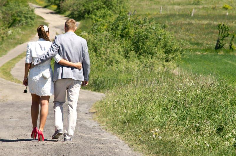 Paar die in het platteland lopen stock afbeelding