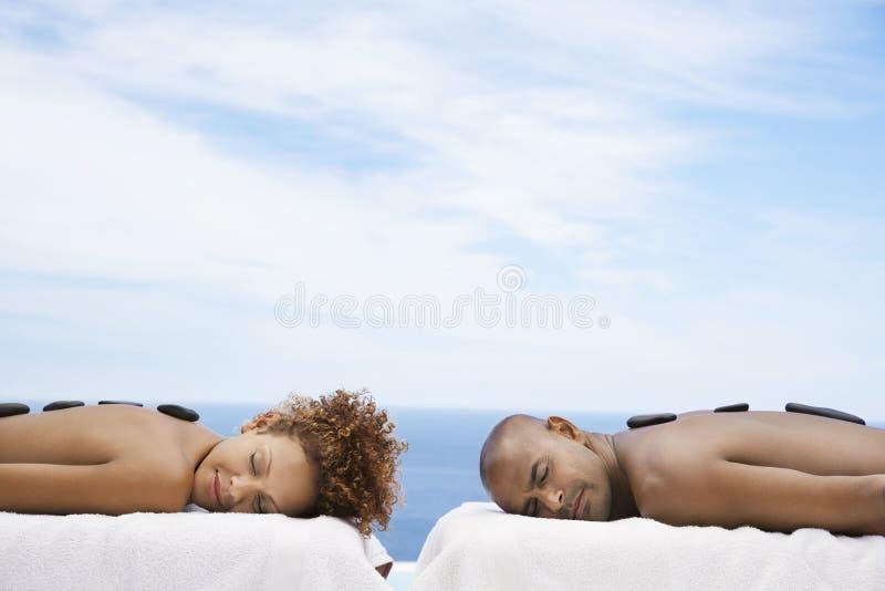 Paar die Hete Steentherapie ontvangen bij Kuuroord stock foto's