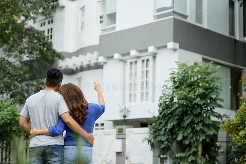 Paar die huis bekijken stock fotografie