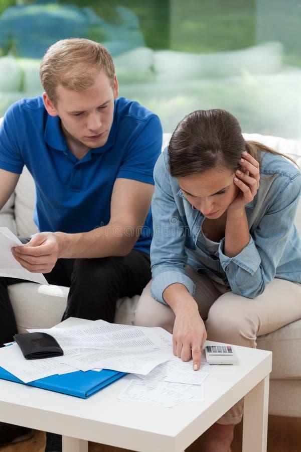 Paar die huisbegroting analyseren stock foto's