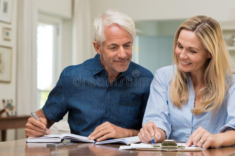 Paar die huishoudkunde bespreken stock afbeelding