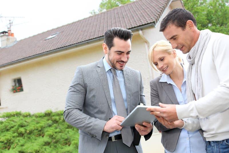 Paar die huisplannen bekijken op tablet royalty-vrije stock afbeelding