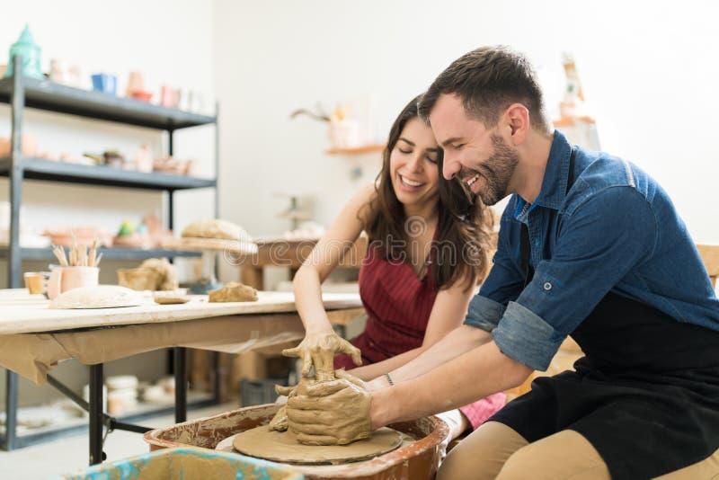Paar die Hun Creativiteit tonen terwijl het Dateren in Aardewerkklasse stock foto's