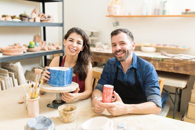 Paar die Hun Eindproducten van Wiel het Werpen tonen stock fotografie