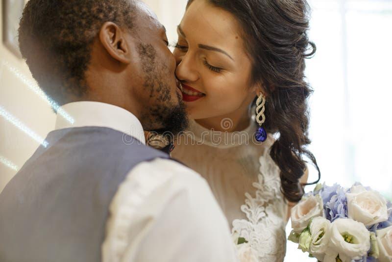 Paar die hun huwelijksdag vieren royalty-vrije stock afbeeldingen