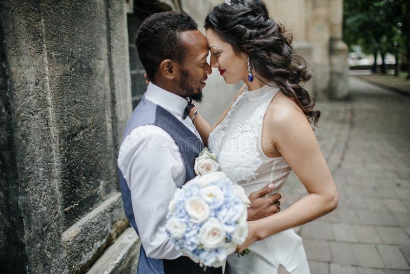 Paar die hun huwelijksdag vieren stock afbeeldingen