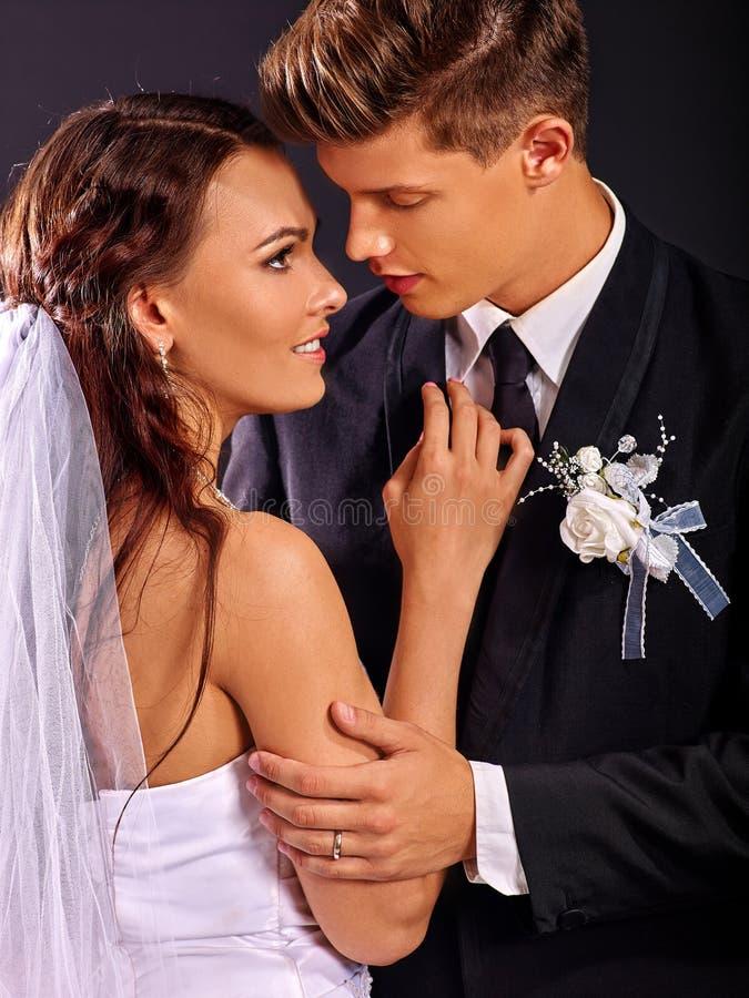 Paar die huwelijkskleding en kostuum dragen royalty-vrije stock fotografie