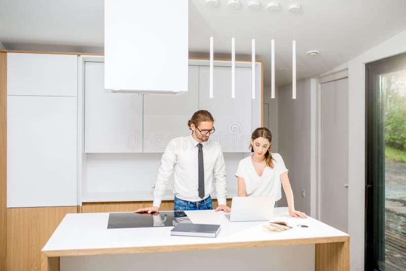 Paar die inteiror in de keuken ontwerpen royalty-vrije stock foto's