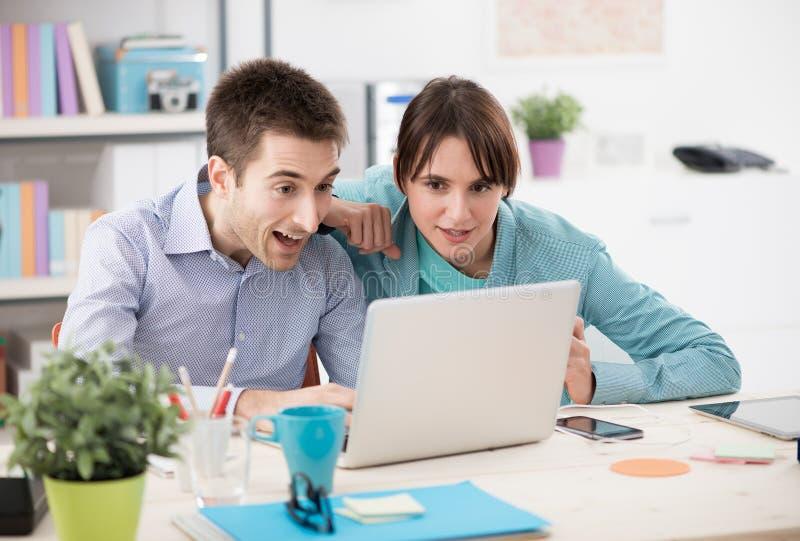Paar die Internet-van de diensten genieten royalty-vrije stock afbeeldingen