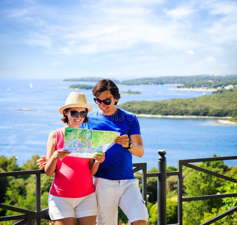 Paar die Kaart door het Overzees bekijken royalty-vrije stock afbeeldingen