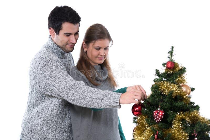 Paar die Kerstboom verfraaien royalty-vrije stock afbeeldingen