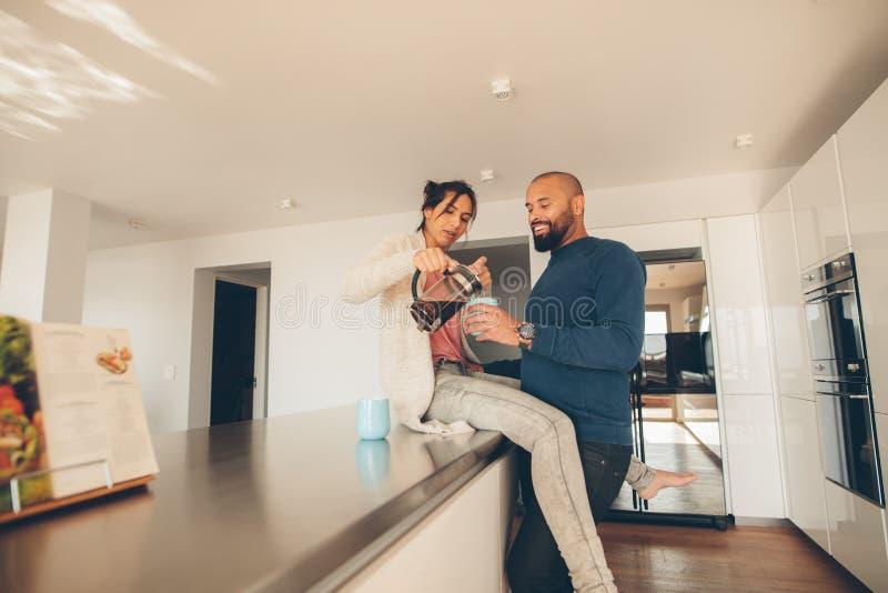 Paar die koffie in keuken hebben stock foto's