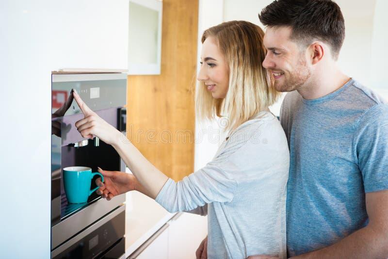 Paar die koffie maken stock afbeelding