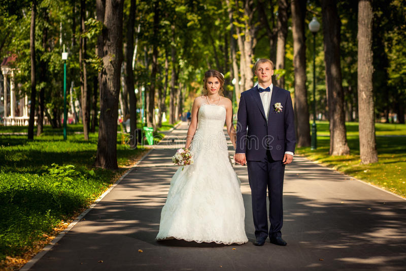Paar die langs weg in park lopen royalty-vrije stock foto's