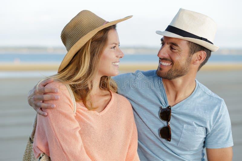Paar die in liefde de zomer van tijd genieten door overzees stock afbeelding