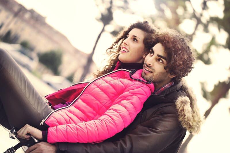 Paar die in liefde een fiets samen berijden stock fotografie