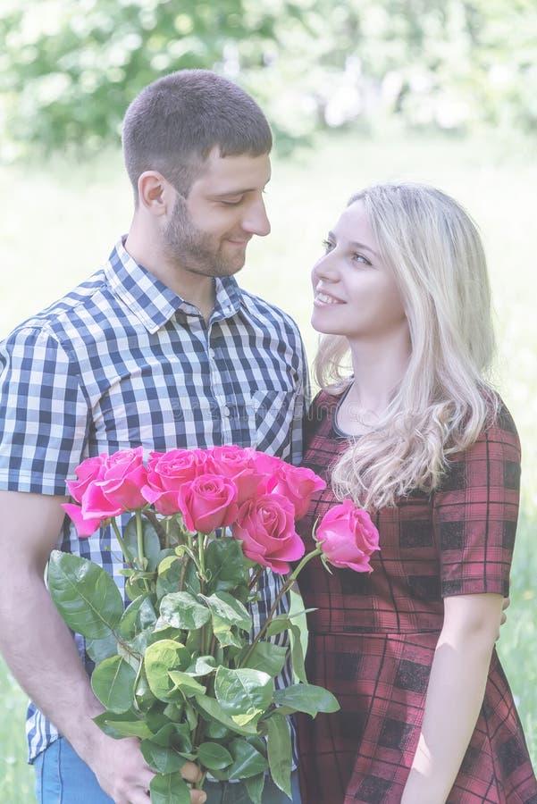Paar die in Liefde elkaar koesteren royalty-vrije stock afbeeldingen